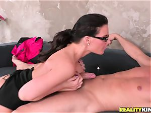 Phoenix Marie wraps her lips obese a hard rod
