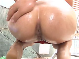 OPERACION LIMPIEZA - hot maid flashes off her plumb skills