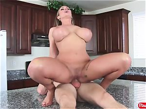 Mature housewife with enormous bumpers and uber-sexy booty seduces her youthfull neighbor